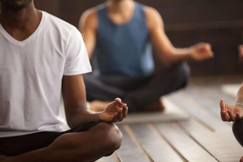 Homem negro meditando.