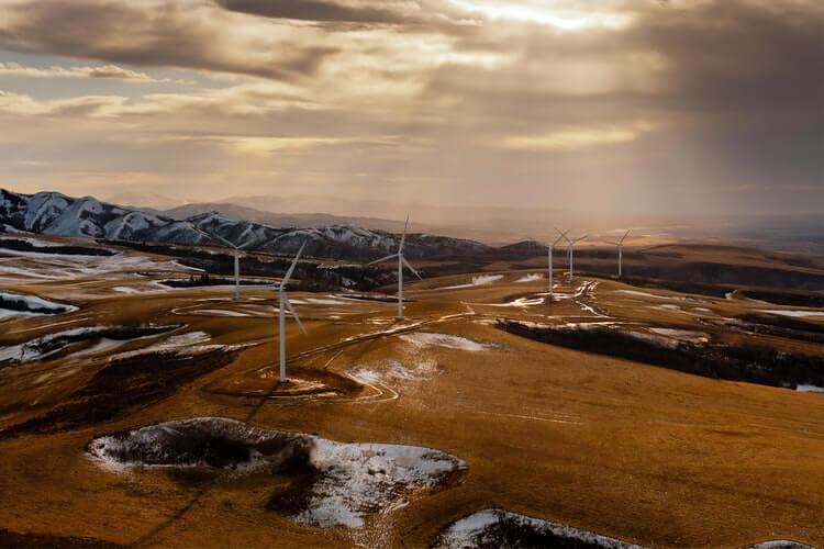 Hélices para geração de energia eólica em campo aberto.