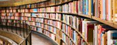 Estante repleta de livros em formato circular.