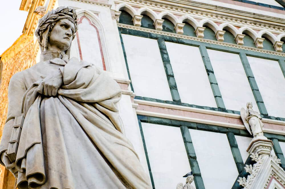 Estátua de Dante Alighieri.