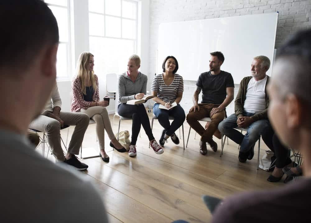 Roda de conversa constituída por várias pessoas.