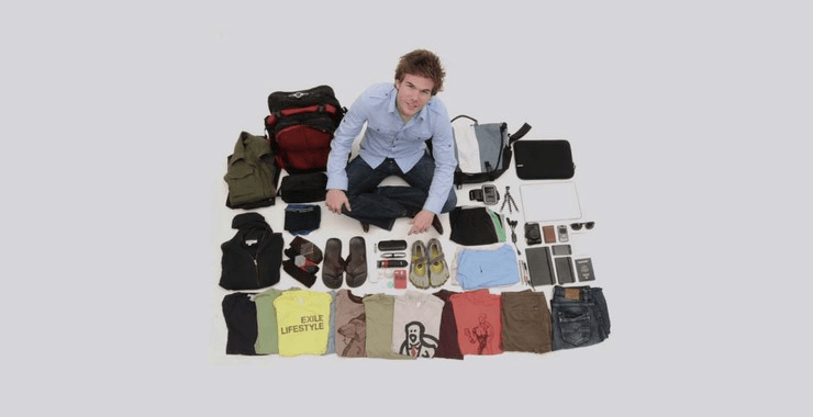 Participante do documentário sentado com seus poucos objetos ao redor.