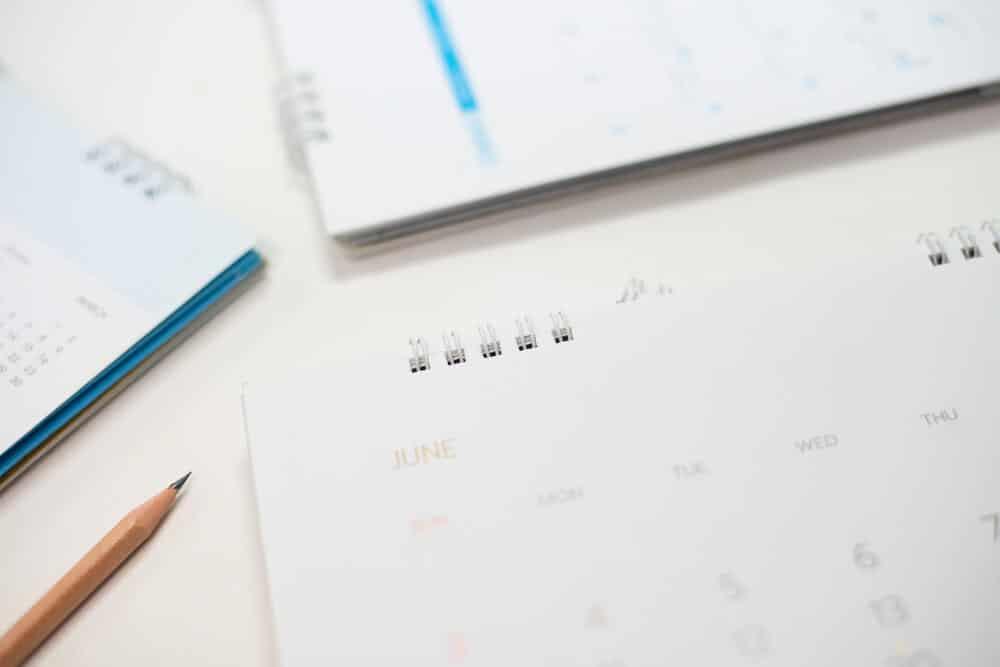 Calendários sobre uma mesa.