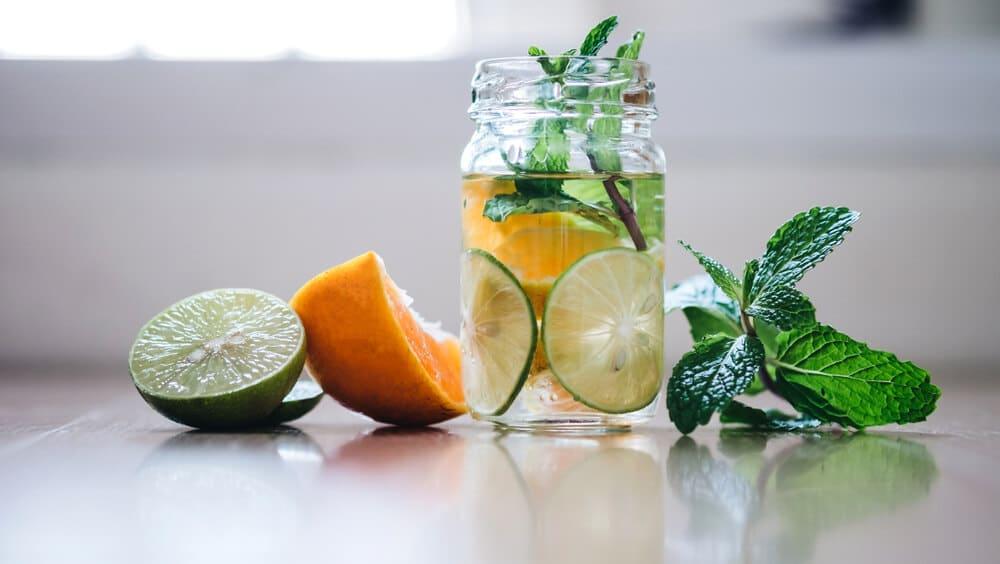 Copo de água saborizada com hortelã, laranja e limão.