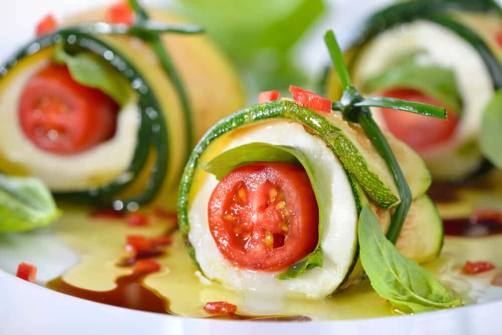 Enrolado de tomate, queijo, pepino e manjericão.