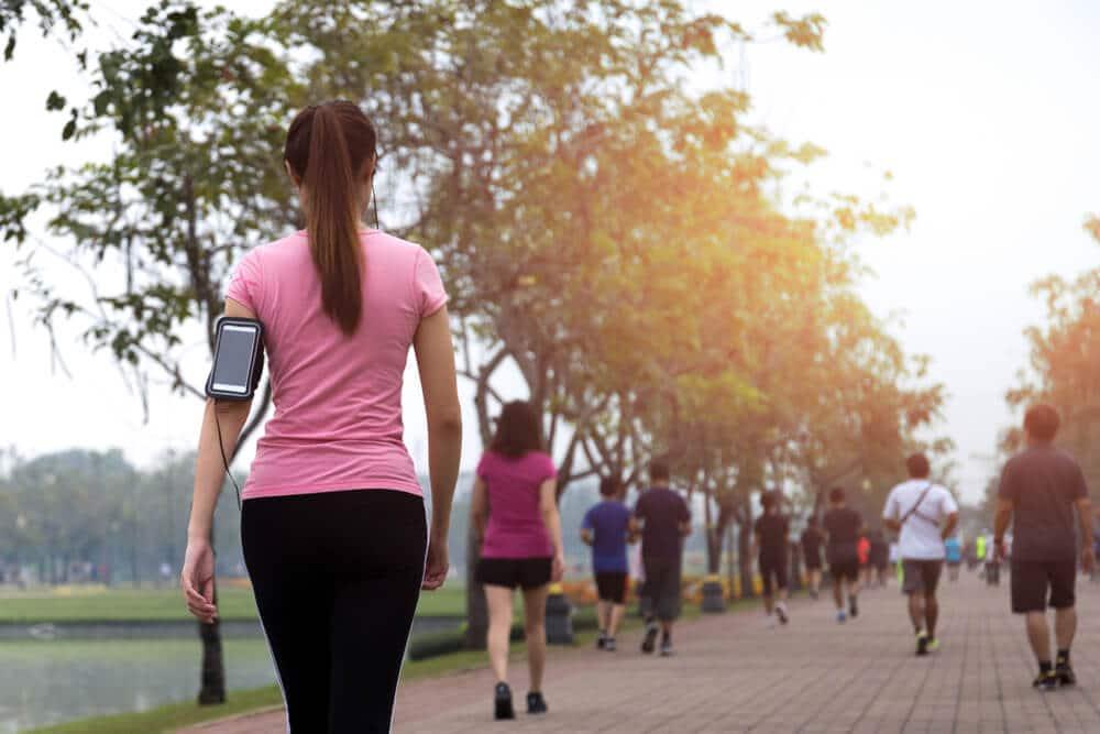 Pessoas caminhando em um parque.